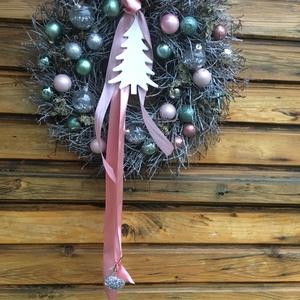 Ajtódísz , kopogtató , elegáns ezüst - rózsaszín -türkiz , Otthon & Lakás, Dekoráció, Koszorú, Virágkötés, A koszorú alapja széna alap, amit áfonya ágakkal kötöttem le. karácsonyi gömbökkel gazdagon diszitve..., Meska