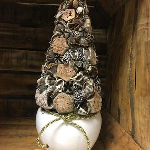 Karácsonyi asztaldísz -fenyőfa Csodás ajándék , Otthon & Lakás, Dekoráció, Koszorú, Virágkötés, Hungarocell kúpot precíz, aprólékos munkával ragadztottam  le festett szárított termésekkel, alapja ..., Meska