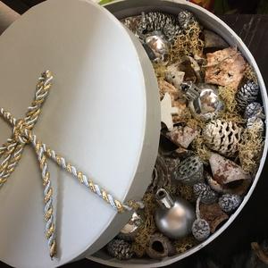 Karácsonyi szett Ajtódísz , kopogtató , box , elegáns ezüst-fehér , Otthon & Lakás, Dekoráció, Koszorú, Virágkötés, A koszorút aprólékos munkával szárított termesekkel és gömbökkel Ragasztottam le, gazdagon diszitve ..., Meska