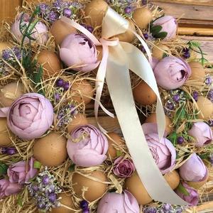 Tavaszi tojáskoszorú, Otthon & Lakás, Dekoráció, Koszorú, Virágkötés, A koszorú teste szénaalap, amit rafiával fontam le. Tartós virrággal és tojáshéjjal díszítettem. Átm..., Meska