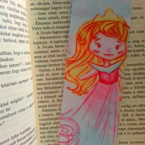 Disney hercegnők saját áttervezésben, Csipkerózsika könyvjelző, Képzőművészet, Otthon & lakás, Illusztráció, Naptár, képeslap, album, Könyvjelző, Fotó, grafika, rajz, illusztráció, Csipkerózsika hercegnőt alkottam meg erre a könyvjelzőre, saját sítlusomban. Ez az aranyos könyvjelz..., Meska