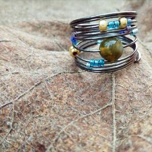 Drót gyűrű Indiai Acháttal, Ékszer, Gyűrű, Gyöngyös gyűrű, Ékszerkészítés, Gyöngyfűzés, gyöngyhímzés, Drót alapra fűzött gyöngyökkel, és Indiai Achát ásványgyönggyel ékesített kifinomult, nőies gyűrű.\n\n..., Meska