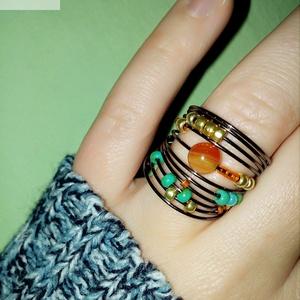 Drót gyűrű Karneol ásvánnyal, Ékszer, Gyűrű, Gyöngyös gyűrű, Ékszerkészítés, Gyöngyfűzés, gyöngyhímzés, Drót alapra fűzött gyöngyökkel, és Karneol ásványgyönggyel ékesített kifinomult, nőies gyűrű.\n\nNagyj..., Meska