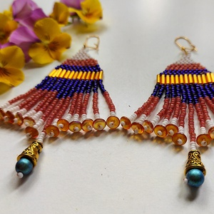 'Bangkok' gyöngy fülbevaló, Ékszer, Fülbevaló, Lógó fülbevaló, Kék-korall-arany-fehér színekben pompázó egyedi gyöngy fülbevaló.  Hossza (akasztóval együtt): 10,5 ..., Meska