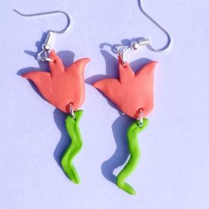 Tulipán fülbevaló süthető gyurmából - Lazac/lime, Ékszer, Fülbevaló, Lógós fülbevaló, Ékszerkészítés, Gyurma, Kézzel készített, saját ötletelésű tulipán alakú fülbevaló süthető gyurmából, nikkelmentes lógós fül..., Meska