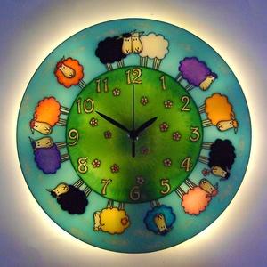 Virágos báránykák falióra hangulatvilágítással, Baba-mama-gyerek, Otthon, lakberendezés, Falióra, óra, Lámpa, Festett tárgyak, Üvegművészet, Mesebeli hangulatot idéző, üvegfestett, egyedi készítésű falióra, mely az óralap hátoldalán találha..., Meska