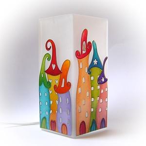 Meseváros vidám házikókkal - felirattal - asztali lámpa - hangulatlámpa, Otthon & lakás, Lakberendezés, Lámpa, Hangulatlámpa, Gyerek & játék, Gyerekszoba, Festett tárgyak, Egyedi, kézzel festett asztali lámpa.\n\nKedves, gyermekkort idéző mesevárost ábrázol vidám és színes ..., Meska