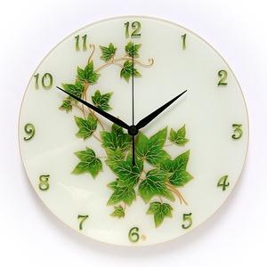 Zöld levél - borostyán falióra, Lakberendezés, Otthon & lakás, Falióra, óra, Esküvő, Nászajándék, Üvegművészet, Festészet, Gyönyörű és elegáns kézzel festett üveg falióra.\n\nAz idei év dekorációs divatja a zöld leveleket has..., Meska