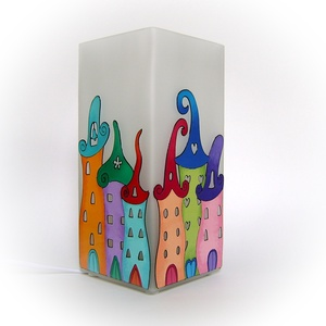 Városka meselámpa - asztali lámpa - hangulatlámpa, Otthon & lakás, Lakberendezés, Lámpa, Hangulatlámpa, Gyerek & játék, Gyerekszoba, Festett tárgyak, Egyedi, kézzel festett asztali lámpa.\n\nKedves, gyermekkort idéző mesevárost ábrázol vidám és színes ..., Meska