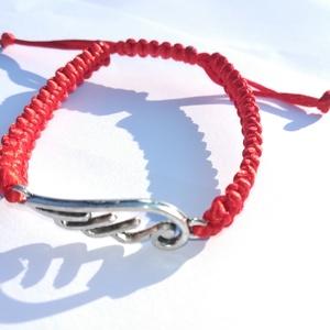 Angyalszárnyas karkötő pirosban, Ékszer, Karkötő, Ékszerkészítés, Szárnyas karkötő piros zsinórral. Méretre készül, több színben. A képen láthatót azonnal tudom külde..., Meska