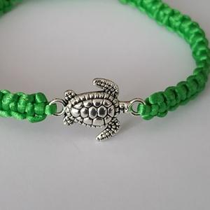 Kis teknősös zöld karkötő, Ékszer, Karkötő, Fonott karkötő, Ékszerkészítés, Fűzöld karkötő aprócska teknőssel. Méretre készül, több színben. A képen láthatót azonnal tudom küld..., Meska
