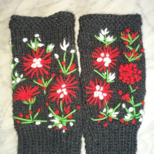 Kesztyű, Sötét szürke kézi kötésű piros fehér virágokkal   hímzett kesztyű eladó (Cenka) - Meska.hu
