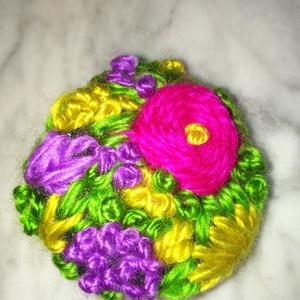 Színes virágos hímzett kitűző eladó , Ékszer, Kitűző, bross, Színes virágokkal hímzett vidám tavaszi hangulatú kitűzők eladók Átmérője kb. 4,8 cm, Meska