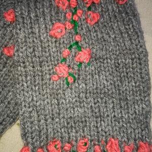 Lábszármelegítő kézi kötésű, szürke színű, pamut,  dinnye színű kötött virágokkal eladó, Ruha & Divat, Cipő & Papucs, Lábszármelegítő, Lábszármelegítő kézi kötésű, szürke színű, pamut,  dinnye színű kötött virágokkal eladó Hozzá illő u..., Meska