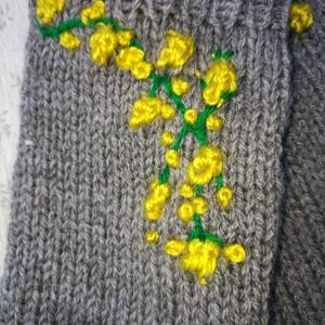 Lábszármelegítő kézi kötésű, szürke színű, pamut, sárga kötött virágokkal eladó, Ruha & Divat, Cipő & Papucs, Lábszármelegítő, Lábszármelegítő kézi kötésű, szürke színű, pamut, sárga kötött virágokkal eladó Hozzá illő ujjatlan ..., Meska