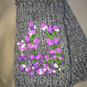 Ujjatlan kötött női kesztyűkszínes hímzett lila virágokkal eladók leírása, Ruha & Divat, Sál, Sapka, Kendő, Kesztyű, Szürke kézi kötésű ujjatlan kesztyű hímzett lila virágokkal eladó.  Kevert szálas fonalból kötöttem,..., Meska