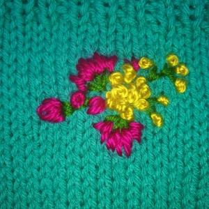 AKCIÓ!!!! Sál. Türkíz színű pamut fonálból készült kézi kötésű sárga magenta virágokkal díszített nyakmelegítő körsál, (Cenka) - Meska.hu