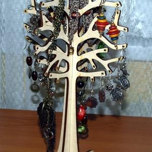 Fából készült natur ékszerfa, ékszertartó fa, Ékszertartó állvány, Ékszertartó, Ékszer, Famegmunkálás, Fából, kézzel és lézervágással készített magyar termék, új.\nMéret: 25 cm, Meska