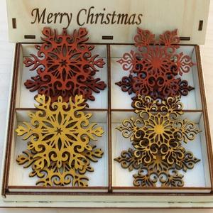 Karácsonyi díszek karácsonyfadísz fa díszdobozban 8 db, Dekoráció, Otthon & lakás, Ünnepi dekoráció, Karácsony, Karácsonyi dekoráció, Famegmunkálás, 8 db gyönyörű karácsonyi dísz natúr fadobozban. \nKézzel és lézerrel készített magyar termék fából.\nA..., Meska