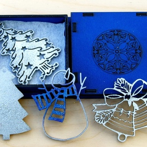 Karácsonyi díszek karácsonyfadísz fa ezüst kék díszdobozban 4 db, Dekoráció, Otthon & lakás, Ünnepi dekoráció, Karácsony, Karácsonyi dekoráció, Famegmunkálás, 4 db gyönyörű ezüst karácsonyi dísz arany fadobozban. \nKézzel és lézerrel készített magyar termék fá..., Meska