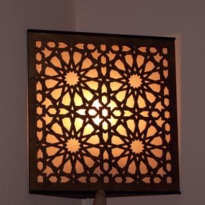Marokkói mintás saroklámpa, hangulatvilágítás, Fali & Mennyezeti lámpa, Lámpa, Otthon & Lakás, Famegmunkálás, Kellemes, izgalmas, romantikus hangulatot árasztó saroklámpa. Falra, sarokba szerelhető fel, 4W -os ..., Meska