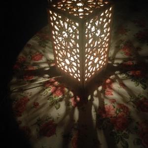 Marokkói mintás asztali lámpa, hangulatvilágítás, Lakberendezés, Otthon & lakás, Lámpa, Dekoráció, Asztali lámpa, Famegmunkálás, Kellemes, izgalmas, romantikus hangulatot árasztó asztali lámpa, lepácolva. \n4W -os LED égő van benn..., Meska