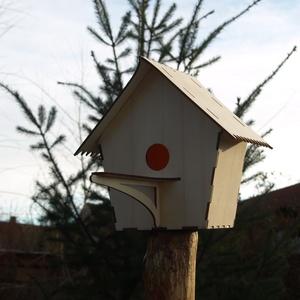 Madáretető madárodú madárház , Dekoráció, Otthon & lakás, Lakberendezés, Egyéb, Állatfelszerelések, Famegmunkálás, Fából, kézzel és lézervágással készített magyar termék, új. \nMéret: 22x20x12 cm, kifutó: 13 cm\nA mad..., Meska