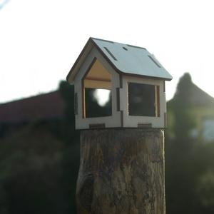 Kis madáretető, Dekoráció, Otthon & lakás, Lakberendezés, Egyéb, Állatfelszerelések, Famegmunkálás, Fából, kézzel és lézervágással készített magyar termék, új. Lakásba, dísznek is szép.\nMéret: 6 cm\nLe..., Meska