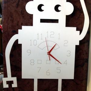 Robotos nagy falióra gyerekszobába, Falióra & óra, Dekoráció, Otthon & Lakás, Mindenmás, Nagyméretű vidám robotos falióra.\nA képen látható óra natúr fa, csak lenolajjal van kezelve.\nTetszés..., Meska