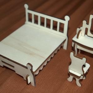 Fa babaház bababútorok - ágy fésülködőasztallal székkel, Babaruha, babakellék, Baba & babaház, Játék & Gyerek, Famegmunkálás, Fából, kézzel és lézervágással készített magyar termék, új.\n\nIgény szerint festve is kérhető.\n\nMéret..., Meska