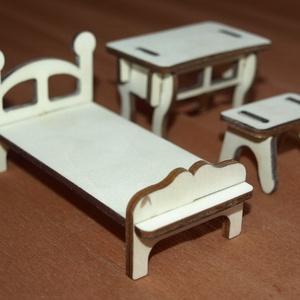 Fa babaház bababútorok kis ágy asztallal paddal, Gyerek & játék, Játék, Baba, babaház, Famegmunkálás, Fából, kézzel és lézervágással készített magyar termék, új.\nMéretek:\n- kis pad: 4.5x3x2.5 cm \n- kis ..., Meska