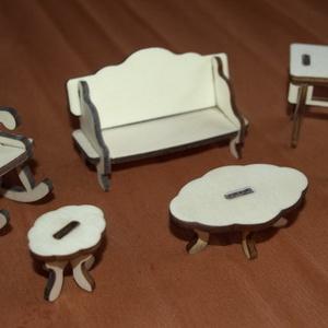 Fa babaház bababútorok hintaszék kanapé asztalok, Gyerek & játék, Játék, Baba, babaház, Famegmunkálás, Fából, kézzel és lézervágással készített magyar termék, új.\nOvális asztal mérete: 6.5 x 4 x 3.5 cm\nI..., Meska