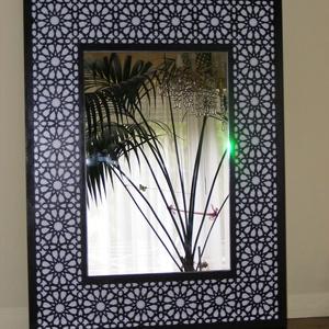 Marokkói mintás tükör 65x50cm, Otthon & lakás, Dekoráció, Bútor, Lakberendezés, Famegmunkálás, Marokkói mintás tükör.  Fehér alapon, wenge színű marokkói minta, középen 30x45cm tükörlap, hátul a..., Meska