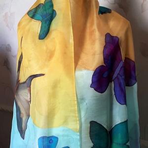 Pillangós kési festésű selyemsál , Táska, Divat & Szépség, Ruha, divat, Kendő, Sál, sapka, kesztyű, Selyemfestés, 100% hernyóselyem stóla , repdeső pillangókkal. Professzionális selyem festékkel készült nagy méretű..., Meska