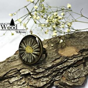 Antik kamilla gyűrű, Ékszer, Gyűrű, Esküvő, Esküvői ékszer, Ékszerkészítés, Antikolt bronz alapon, sárga gyantában kamilla virágot helyeztünk el.\nÁtlátszó gyanta borítja a tete..., Meska
