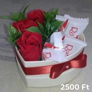 Szappanrózsa box édességgel /3 db  Raffaello bonbonnal, Csokor & Virágdísz, Dekoráció, Otthon & Lakás, Virágkötés, Szív alakú dobozban 3 db illatos szappanrózsa, kiegészítve 3 db Raffaello bonbonnal.\nSzeretettel ajá..., Meska