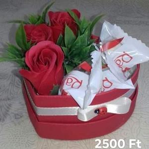 Szappanrózsa box ( piros) édességgel /3 db  Raffaello bonbonnal, Csokor & Virágdísz, Dekoráció, Otthon & Lakás, Virágkötés, Szív alakú dobozban 3 db illatos szappanrózsa, kiegészítve 3 db Raffaello bonbonnal.\nSzeretettel ajá..., Meska