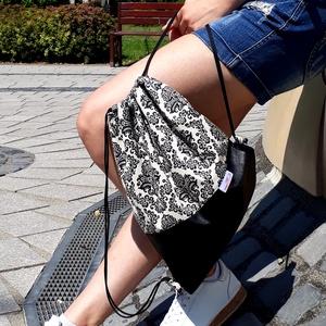 Gymbag / Fesztiválbag /hátizsák fekete textilbőr alappal, fehér/fekete barokk virágos lenvászon felső résszel, Táska & Tok, Hátizsák, Gymbag, Varrás, Fiatalos fesztiváltáska/gymbag, a jól ismert divatos tornazsák fazonban.\nAlsó része finom, puha text..., Meska