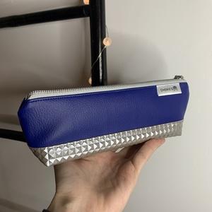 Kék és különleges négyzetes ezüst műbőr tolltartó, Otthon & Lakás, Papír írószer, Tolltartó & Ceruzatekercs, Varrás, Műbőr tolltartó kék és különleges négyzetes ezüst színekben. Tökéletesen passzol Chewie\'s táskádhoz,..., Meska
