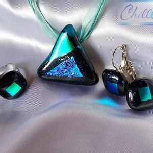 Sarki fény a csillagos égen - háromszög alakú színjátszó dichroic üvegékszer szett fülbevalóval és gyűrűvel, Ékszer, Ékszerszett, Medál, Fülbevaló, Ékszerkészítés, Üvegművészet, Csillogó fekete és átlátszó türkizkék ékszerüvegből, valamint türkizkék-zöld színjátszó dichroic üve..., Meska
