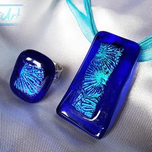 Korallzátony az óceánban - medál és gyűrű üvegékszer szett csillogó türkizkék színjátszó berakással, Ékszerszett, Ékszer, Ékszerkészítés, Üvegművészet, Ez a szett a tenger szépségét idézi. Fusing technikával készült ultramarin kék medál hozzá illő állí..., Meska