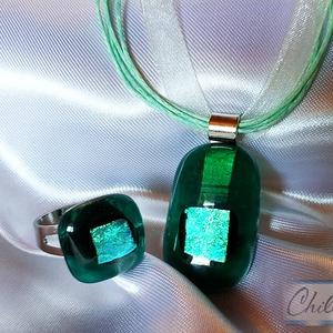 Smaragdzöld kincsek - áttetsző üvegékszer medál  és gyűrű szett színjátszó türkiz fémes csillogással, Ékszerszett, Ékszer, Ékszerkészítés, Üvegművészet, Smaragdzöld medál világos türkiz, ezüstös színjátszó berakással, hozzá illő gyűrűvel.\nCsúcsminőségű ..., Meska