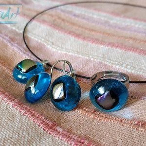 Aranyhomokos strand - Türkiz áttetsző üvegékszer gyűrű, medál és füli szett színjátszó csillogással, Ékszerszett, Ékszer, Ékszerkészítés, Üvegművészet, Ez a gyönyörű szett a kis méretű ékszerek szerelmeseinek készült! Fusing technikával alkottam meg a ..., Meska