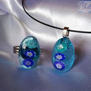 Tengerkék ovális ékszerszett virágokkal - Millefiori virágos medál türkiz áttetsző üvegből gyűrűvel, Ékszer, Ékszerszett, Üvegművészet, Ékszerkészítés, Kedvenc színeim: gyönyörű türkizkék és ultramarinkék egy szettben! Olvasztásos technikával készült ü..., Meska
