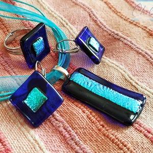 Türkiz tengeröböl - négyszögletes dichroic üvegékszer szett: medál fülbevalóval és gyűrűvel, Ékszer, Ékszerszett, Ékszerkészítés, Üvegművészet, Letisztult, egyszerű formatervezés, minimal design. Átlátszó ultramarinkék ékszerüvegből, valamint g..., Meska
