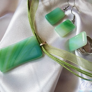 Menta -lime zöld minimal design nikkelmentes szett - üvegékszer medál fülbevalóval és gyűrűvel, Ékszer, Ékszerszett, Ékszerkészítés, Üvegművészet, A zöld szín kedvelőinek tetszeni fog ez a szett! Ez a remény, a megújulás, a tavasz, a természet és ..., Meska