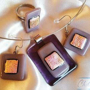 Lila - rózsaszín kompozíció - négyszögletes dichroic üvegékszer szett: medál fülbevalóval és gyűrűvel, Ékszer, Ékszerszett, Ékszerkészítés, Üvegművészet, Letisztult, egyszerű formatervezés, minimal design. Átlátszó lila és orgona lila ékszerüvegből, vala..., Meska