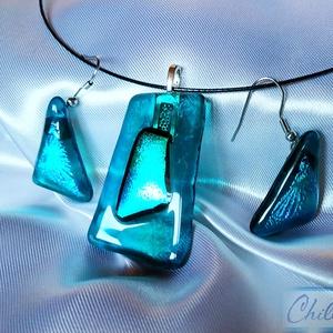 Türkiz szigetcsoport - négyszögletes dichroic üvegékszer medál háromszögletes fülbevalóval , Ékszer, Ékszerszett, Ékszerkészítés, Üvegművészet, Letisztult, egyszerű formatervezés. Átlátszó türkizkék ékszerüvegből, valamint gyönyörű virágos szín..., Meska