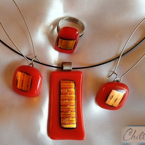 Piros tűzlángok a kandallóban- nikkelmentes üvegékszer medál, gyűrű és füli szett aranyló fémes csillogással, Ékszer, Ékszerszett, Ékszerkészítés, Üvegművészet, Fusing technikával készült piros-bordó medál közepén aranyló színjátszó berakással, állítható gyűrű ..., Meska