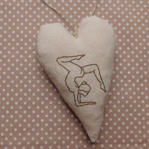 Jógázó nő - hímzett szív dísz, dekoráció 1., Otthon & lakás, Dekoráció, Lakberendezés, Dísz, Kép, Falikép, Hímzés, Varrás, Kézzel hímzett szív jógázó hölggyel, mely egész évben kiváló dísze lehet az otthonnak. Kedves ajándé..., Meska